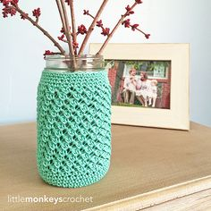 A free crochet pattern of a Mason Jar Cozy. Do you also want to crochet this Jar Cozy? Read more about the Free Crochet Pattern Mason Jar Cozy. Crochet Cozy, Crochet Motifs, Crochet Gifts, Free Crochet, Crochet Patterns, Crochet Stitch, Crochet Ideas, Crochet Ball, Crochet Rugs