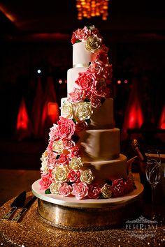 #weddingcake #cakeideas #luxury #weddingdetails #weddingideas #inspiration #weddinghour #bridetobe #weddingphotographer #weddingvideographer