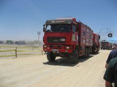 Camiones de auxilio que llevan piezas de repuesto para los corredores del DAKAR.