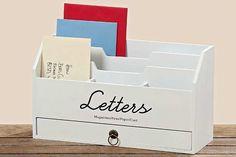 Handige brieven box zodat je post niet rond slingert en onderin een laatje voor pennen enz.