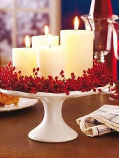 Idea deco: utilizar la repisa de pasteles y cakes para crear un centro de mesa con velas y frutos rojos. Nos encanta el contraste blanco y rojo #ideas #decoracion #Navidad by hallie