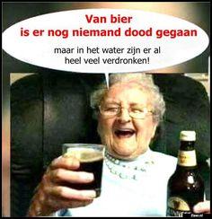 Zieer.nl - grappige plaatjes, grappige foto's, grappige videos, moppen, de beste moppen Old Lady Humor, Me Quotes, Funny Quotes, Punny Puns, Live Love Life, Dutch Quotes, Funny Kids, Laugh Out Loud, Texts