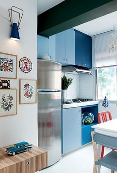 Sem área de serviço, já que o prédio tem lavanderia, o apartamento de 42 m² foi inteiro aberto. A cozinha minúscula foi integrada e recebeu armários em tons de azul, cor preferida do morador Marcelo Andrade. A mesa é usada no preparo de alimentos