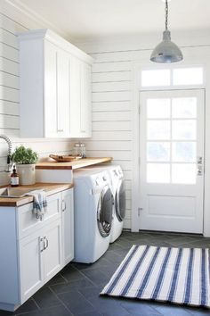 25+ Nice Modern Farmhouse Laundry Room Design Ideas #farmhouse #laundryroomdesign #laundryroomideas
