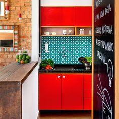 """""""O tom vermelho dos armários  contrasta o turquesa dos azulejos a lousa do o charme pra deixar os recadinhos e fazer as receitas e a parede de tijolinhos…"""""""