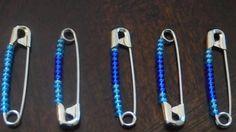 Mette 12 perline in una spilla e la mette in un elastico. Il motivo è geniale!