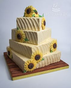 Torta de matrimonio rústica cubierta con buttercream y girasoles de azúcar totalmente comestibles / Rustic wedding cake covered with buttercream and edible sunflowers.