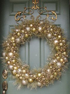 Adorable Gold Christmas Decoration Ideas - The Colors of Christmas The rich and festive hues of traditional Christmas decorations--the reds, greens, golds and silvers--run deep in our culture. Silver Christmas, Elegant Christmas, Christmas Door, Christmas Holidays, Christmas Ornaments, Christmas Vacation, Christmas 2019, Ski Holidays, Christmas Island