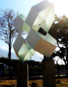 """""""Flor Sideral"""" Av. Francisco Fajardo del escultor venezolano Rafael Martínez. Caracas, Venezuela"""