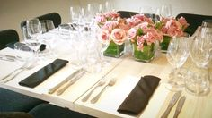 An event at Mario Pagán Rest for a wine society. Different tables with different colored Roses. Flowers by Anabelle Barranco.