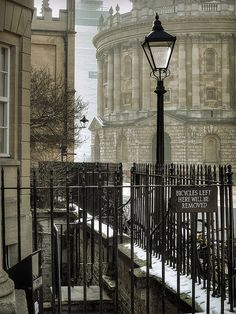 Oxford. England . Looking towards the Radcliffe Camera in bright winter sunlight, on a snowy morning. | Flickr: By Fergus McNeill