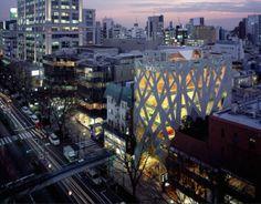 Vanguardia de la arquitectura mundial, Tokio muestra las formas de muchas de las edificaciones con las que Japón se enfrenta a los nuevos tiempos.