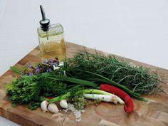 Zelf een marinade maken met verse kruiden uit eigen tuin. Makkelijker kan bijna niet, erg lekker en voor veel gerechten te gebruiken. Kruidenolie zelf maken