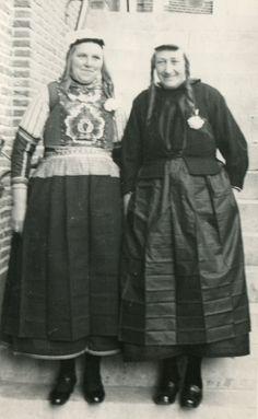 Marken - Peet Neeltje en Bessie van Mekurf op de trouwerij van Marie de Groot en Piet Mostert