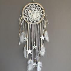 Attrape rêves / dreamcatcher / attrapeur de rêves en dentelle, plumes et perles bois : Décoration pour enfants par marcelmeduse