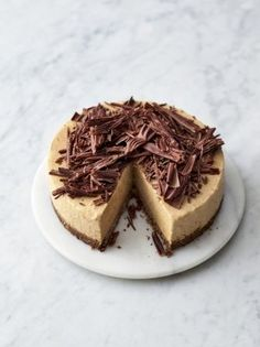 Jamie Oliver& Frozen Banoffee Cheesecake is the perfect easy make-ahead dessert that can be left in the freezer until ready to be devoured. Banoffee Cheesecake, Banoffee Cake, Frozen Cheesecake, Banana Cheesecake, Chocolate Cheesecake, Cheesecake Recipes, Chocolate Recipes, Make Ahead Desserts, No Bake Desserts