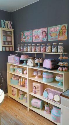 Ideas kitchen retro style colour for 2019 kitchen is part of Pastel kitchen - Cocina Shabby Chic, Shabby Chic Kitchen, Shabby Chic Style, Shabby Chic Decor, Vintage Kitchen, Wooden Kitchen, Vintage Bakery, Kitchen Rustic, Kitchen Modern