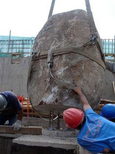 batu-batu besar dijadikan kolom. disatukan dengan besi tulangan. rodo kenthir sak jane ki.   Gallery of Mestizo Restaurant / Smiljan Radic - 36