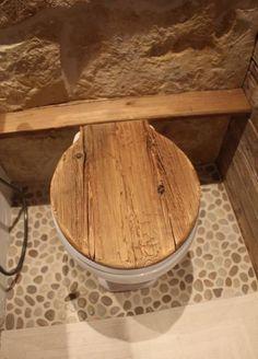 Hänge Toilette mit Klodeckel aus Altholz