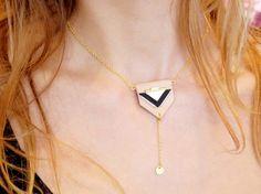 Collier graphique cuir, triangle, perles, original, nude : Collier par fosseth Sur  www.alittlemarket.com