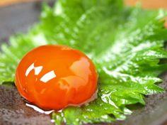 皆さんは「黄身の醤油漬け」って聞いたことがあるでしょうか?今SNSでジワジワキテルこの食べ物。これは、黄身を醤油とみりんで2~3日漬けたというかなりシンプルなもの。なのに味はまるでウニ!?のように濃厚で、たまらない!お酒のつまみにも最高!早速、卵の黄身を漬けてみましょう♪