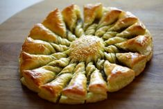 Tarte au Soleil - 2 ways with pesto with nutella Brie, Puff Pastry Appetizers, Appetizer Recipes, Savory Pastry, Potluck Recipes, Nutella, Easy Puff Pastry Recipe, Cocktail Party Appetizers, Recipes