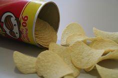 Você certamente conhece a batatinha tipo chips. Trata-se de um produto muito apreciado, distribuído em larga escala por todo o mundo. Ela normalmente é vendida em caprichadas e vistosas embalagens de plástico, mas também é comum a embalagem em lata. Apesar de ser muito vendida e apre