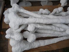 Huesos de dinosaurios con pasta de papel