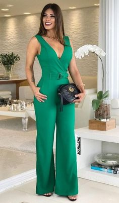 Macacãos elegantes que são um charm Casual Dresses, Casual Outfits, Fashion Dresses, Classy Outfits For Women, Clothes For Women, Jumpsuit Damen Elegant, Jumpsuit Lang, Casual Chic, Elegantes Outfit