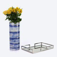 """Jarra """" wave """" em tons de azul e dourado e tabuleiro cromado com base em espelho. Homelike Decor #homelikedecor Glass Vase, Base, Shades Of Blue, Mirror, Trading Cards"""