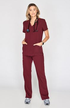 Inspired by yoga apparel these women's Kade cargo scrub pants are stylish flexible and comfy. Part of FIGS' Technical collection of tailored-fit scrubs. Scrubs Outfit, Scrubs Uniform, Doctor Scrubs, Stylish Scrubs, Beautiful Nurse, Medical Uniforms, Scrub Sets, Casual Outfits, Professional Attire