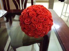 Você pode fazer topiaria com rosas de EVA para enfeitar até mesmo a sua casa, como decorar a sua mesa de jantar.