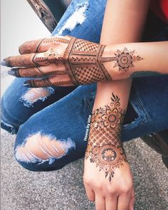 Image may contain: one or more people Simple Henna Patterns, Simple Arabic Mehndi Designs, Stylish Mehndi Designs, Mehndi Designs For Girls, Wedding Mehndi Designs, Mehndi Designs For Fingers, Mehndi Art Designs, Latest Mehndi Designs, Palm Mehndi Design