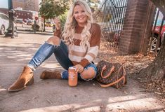 Sweater weather, crunchy leaves 🍂🍁, & pumpkin spice everything ☕️🎃 That pretty much sums up my life lately- except for the sweater weather… Free People Boots, Free People Jeans, Most Popular Shoes, Fall Makeup Tutorial, Hair To One Side, Fall Sweaters, Scarf Hairstyles, Stylish Girl, Fall Winter Outfits