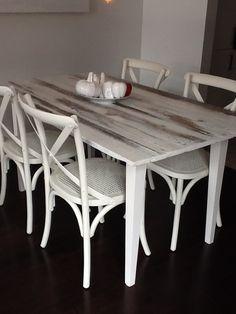 Table avec plateau en bois de grange, badigeon peinture de lait blanche, finition vernis à l'eau #peinturedelait    www.facebook.com/ebenisterie