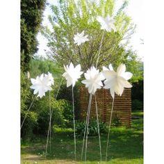 Die Windblume! Sie braucht kein Wasser und keine Pflege – sie verblüht NIE – der Wind erweckt sie zum leben! Die Windblume! Schreib den Namen Deiner/ Deines Liebsten darauf und verschenke sie. Oder Du verschönerst Deinen Balkon / Garten damit……oder Deine Festtafel! Die Windblume ist wetterfest und im Innen- und Außenbereich installierbar. Jede Windblume besteht aus 3 zusammen gesetzten Einzelblüten.   Größe/Maße/Gewicht - 3 Einzelblüten mit je ca. 33 cm Durchmesser - Alu-Stange 2 x 1m lang…