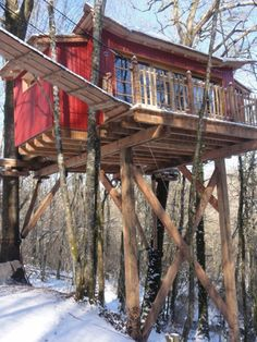 Cabanes perchées dans les arbres pour des nuits insolites hiver comme été en Dordogne dans le Périgord. C'est ici : http://bit.ly/1ilUCh1 !
