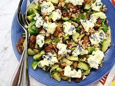 Sallad med brysselkål, nötter och mögelost Weekly Menu, Lchf, Holiday Recipes, Christmas Recipes, Cobb Salad, Potato Salad, Salads, Food And Drink, Potatoes
