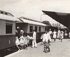 Treinstation van Medan, de D.S.M. trein naar Belawan, Sumatra, Indonesië (1936) Medan, Dutch East Indies, Dutch Colonial, Yogyakarta, First Nations, Old Pictures, Transportation, Street View, History