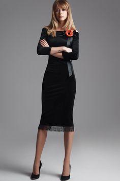 Платье прилегающего силуэта из велюра. Горловина-лодочка с открытыми плечами. Разрез в среднем шве спинки. По низу платья кружево. Украшение в комплект не входит. Длина платья по спинке 109 см.