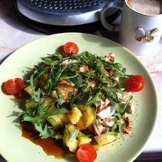 Салат с ананасом, курицей и рукколой