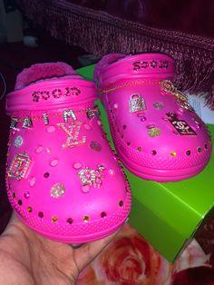 Crocs Fashion, Fashion Slippers, Sneakers Fashion, Fly Shoes, Crocs Shoes, Crocs With Fur, Cool Crocs, Pink Crocs, Jordan Shoes Girls