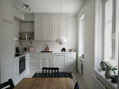Styling Och Foto PerfectionMakesMeYawn, Kök, grått kök, ljusgrå, varmgrå, köksluckor med spegel, lantligt kök, marmor, bänkskiva, Verner panton, Flower pot, 1502-Y ncs, Ånäsvägen, Platsbyggt kök,