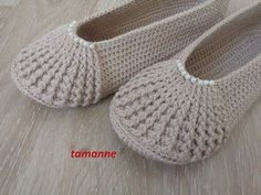 Crochet Patterns combine Different boot design (detailed description).Crochet Patterns combine Today you are going to learn to crochet one of the most beautiful booties you ca.This Pin was discovered by Züb His posture is gorgeous. Crochet Slipper Pattern, Crochet Slippers, Knitted Booties, Crochet Stitches, Knit Crochet, Knitting Patterns, Crochet Patterns, Crochet Videos, Learn To Crochet