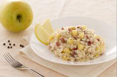 Il risotto alle mele e speck è un gustoso ed originale primo piatto preparato con ingredienti tipici del Trentino Alto Adige: mele golden e speck.