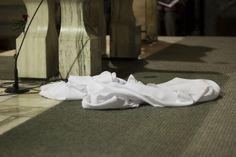 Zrzucony obrus z ołtarza po Mszy Wieczerzy Pańskiej w Wielki Czwartek  #dominikanie #liturgia #op #wielkiczwartek #ołtarz