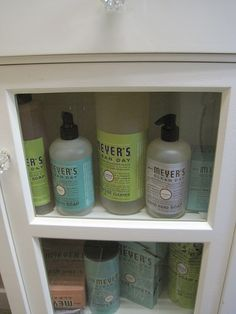 A ritual that makes cleaning something almost pleasurable Meyers Cleaning Products, Meyers Soap, Cleaning Hacks, Cleaning Supplies, 5 Rs, Keep Life Simple, Secret House, House Smells, Bathroom Cleaning