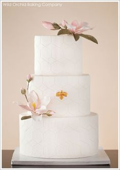 Gorgeous cake with excellent details from the honeycomb patter, delicate magnolias and single gold bee.