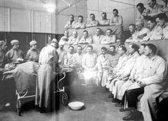 Clase de cirugía (finales siglo XIX)