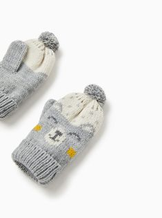 Knit mittens with embroidered motif and pompoms. Knitting For Kids, Baby Knitting, Knitting Ideas, Knit Mittens, Knitted Hats, Cat Applique, Baby Boy Hats, Zara Baby, Baby Booties